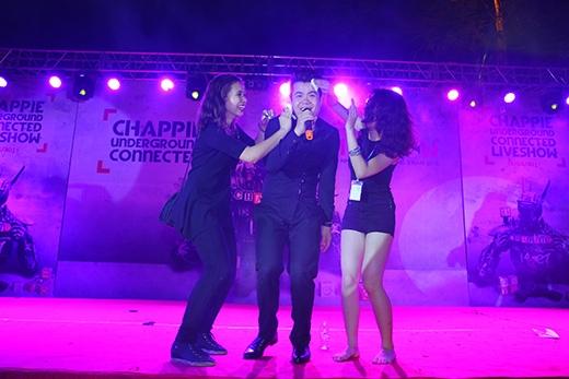 Đinh Mạnh Ninh thích thú khi được hai khán giả nữ lau mồ hôi. - Tin sao Viet - Tin tuc sao Viet - Scandal sao Viet - Tin tuc cua Sao - Tin cua Sao