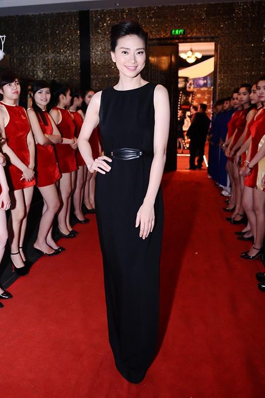 Cô không chọn phụ kiện đi kèm, nhưng chính sự đơn giản đến tinh tế đó đã giúp cô tỏa sáng trên thảm đỏ Cánh diều vàng 2015.