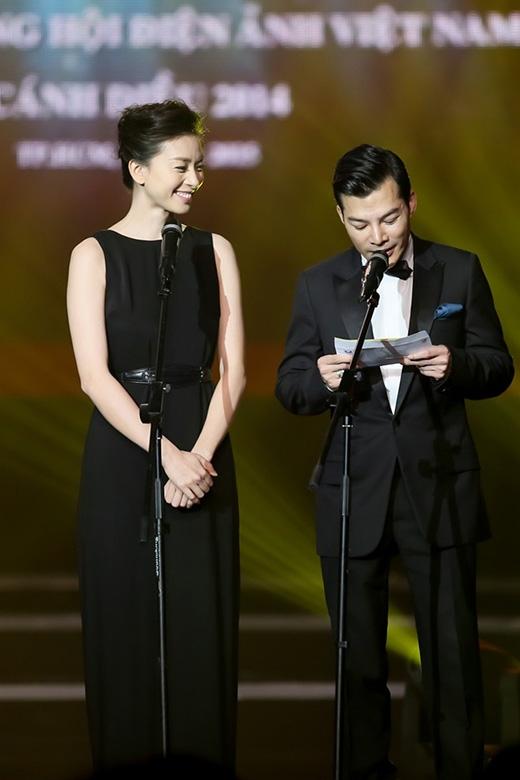 Ngô Thanh Vân rạng rỡ trên sân khấu cùng Trần Bảo Sơn khi trao giải nam và nữ diễn viên chính xuất sắc nhất của Cánh diều vàng 2015.