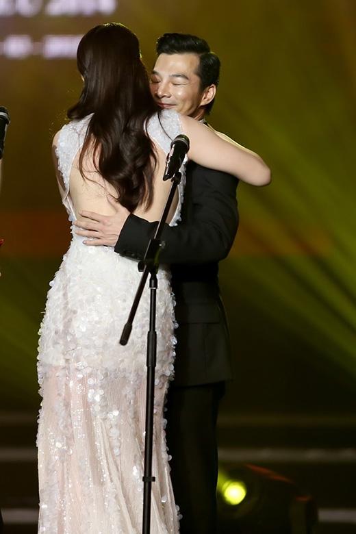 Cô xúc động nhận giải Nữ diễn viên chính xuất sắc nhất từ tay Trần Bảo Sơn