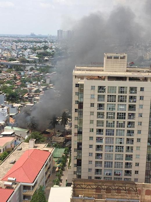 Cột khói lớn nhuộm đen bầu trời trung tâm Sài Gòn