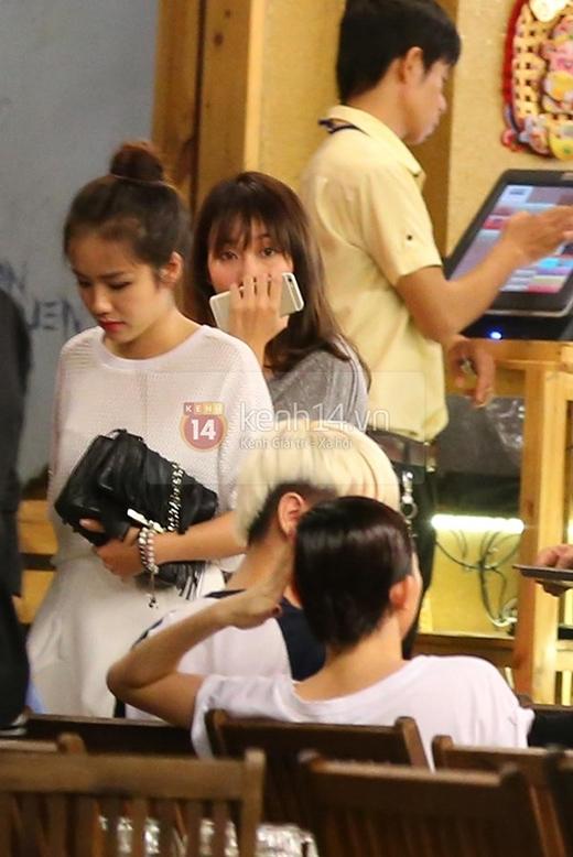 Khả Ngân và Phương Ly (em gái Phương Linh) xuất hiện tại một quán ăn...
