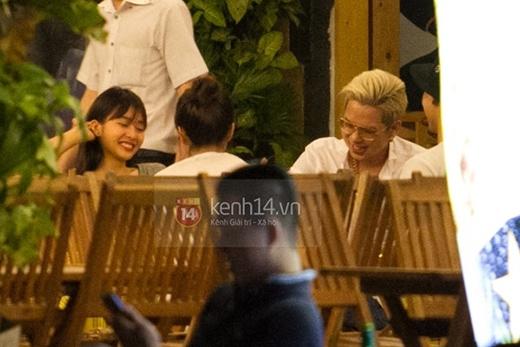 Cặp đôi chọn chỗ ngồi cạnh nhau