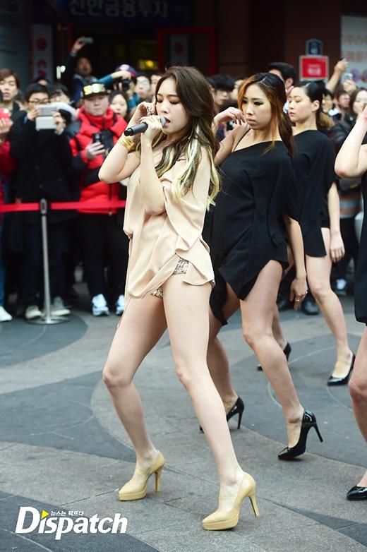 Thần tượng Kpop bị chỉ trích vì biểu diễn phản cảm giữa đường phố