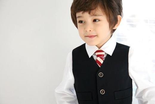 Dennis Kane sinh ngày 6/2/2007, có bố là người Úc, mẹ là người Hàn.