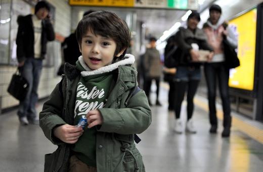Cậu bé sở hữu gương mặt dễ thương, điển trai không khác gì các tài tử Hàn Quốc.
