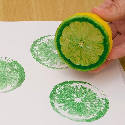Sử dụng 1 quả chanh nhúng màu - thế là bạn đã có một bức tranh tường ấn tượng