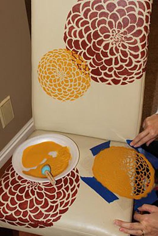 Sử dụng một miếng ren có họa tiết khá đẹp và in màu lên bức tranh.