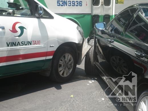 Siêu xe bị đâm nát đầu ngay trung tâm Sài Gòn