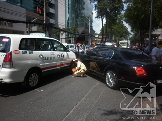 Cảnh sát giao thông tiến hành lập biên bản, điều tra vụ việc.