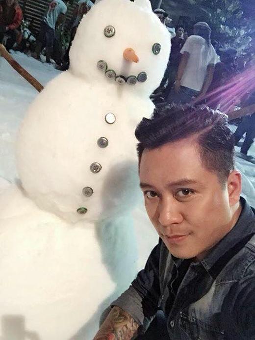 Tuấn Hưng bất ngờ khoe ảnh chụp cạnh người tuyết mặc dù thời tiết ở Sài Gòn hiện tại đang là mùa hè. Nhiều fan của giọng ca Nắm lấy tay anh đã đoán già đoán non rằng Tuấn Hưng đang thực hiện MV hoặc bộ ảnh mới cho các fan.