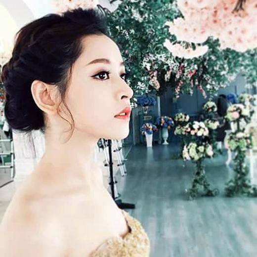 Tạm rời xa hình ảnh cá tính, năng động mà bản thân đang xây dựng thời gian gần đây, Chi Pu bất ngờ trở về với hình tượng công chúa xinh đẹp lung linh. Tuy nhiên, có một điểm chung không khó nhận ra là dù ở hình tượng nào, Chi Pu vẫn đẹp và hợp với nó. Hàng ngàn fan của cô nàng đã đổ rầm rập ngay lập tức sau khi thấy bức ảnh đẹp như hoa của thần tượng được đăng tải.