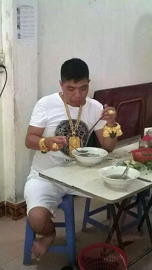 Hà Nội xôn xao với người đàn ông đeo đầy vàng trên người