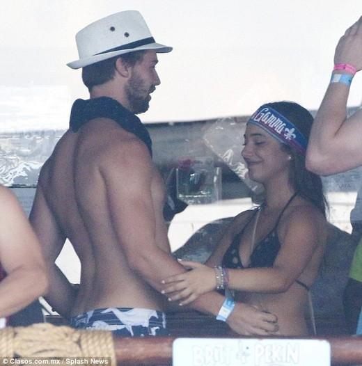 Bạn trai Miley cặp kè gái lạ ngay sau tin đồn kết hôn