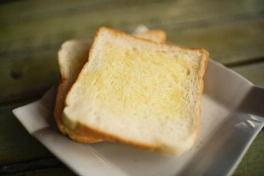 Nếu bạn muốn miếng bánh mì của mình được phết đều bơ ngay cả ở các viền xung quanh, thì bạn nên thả chúng xuống từ độ cao 2 mét rưỡi.