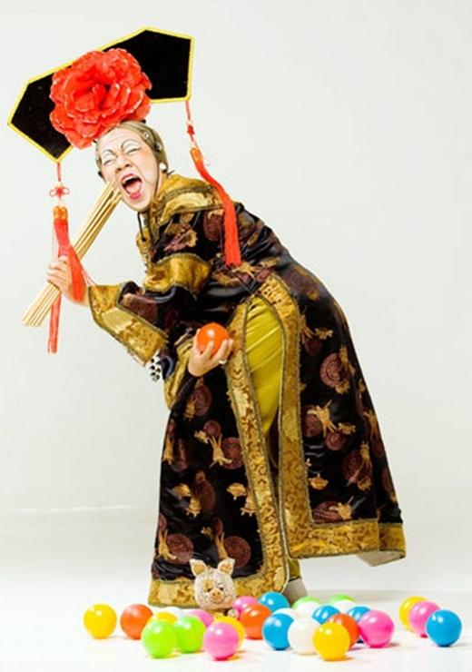 Luôn xuất hiện với tạo hình bà tiên hoặc nữ thần, Thành Lộc thể hiện những vai diễn của mình trong nhiều vở nhạc kịch, hài kịch mang lại tiếng cười vui vẻ cho thiếu nhi. - Tin sao Viet - Tin tuc sao Viet - Scandal sao Viet - Tin tuc cua Sao - Tin cua Sao