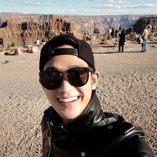 """Kim Soo Hyun ăn mừng kỷ niệm ngày thành lập Instagram với bức ảnh """"tự sướng"""" khoe vẻ điển trai rạng ngời khiến các fan thích thú vì sắp tới được gặp thần tượng dài dài."""