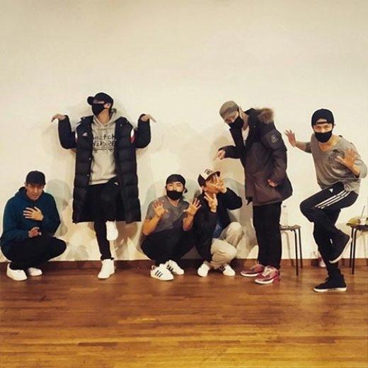 """Minwoo đăng tải hình ảnh đàn anh Shinhwa quậy tưng trong phòng luyện tập : """"Tạo dáng chuẩn bị cho concert WE sắp tới."""""""