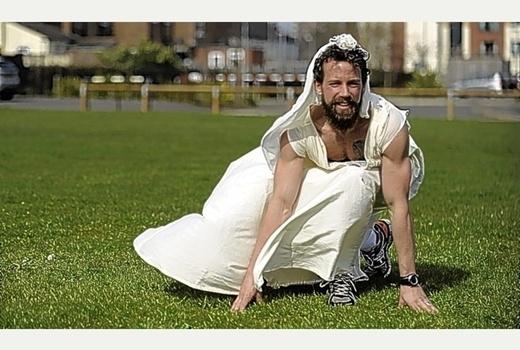 Ở Melbourne, Úc, có lệnh cấm đàn ông mặc…đầm ống, xuất hiện ở nơi công cộng.