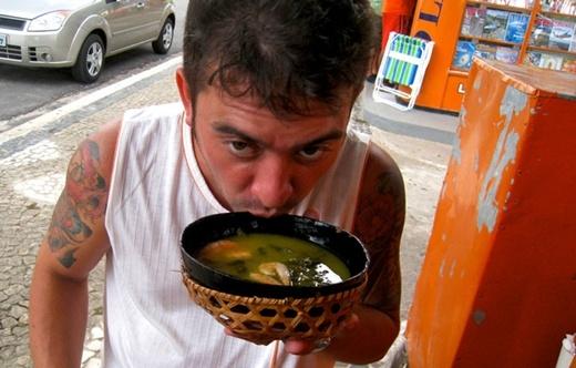 """Nếu bạn húp một chén súp hay một chén canh soàn soạt ở một nhà hàng công cộng ở New Jersey thì đó là một hành động bất hợp pháp vì """"làm phiền"""" đến những người xung quanh."""