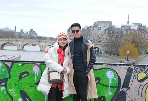 Hồ Vĩnh Khoa cùng mẹ chụp ảnh kỷ niệm trong chuyến đi này. - Tin sao Viet - Tin tuc sao Viet - Scandal sao Viet - Tin tuc cua Sao - Tin cua Sao