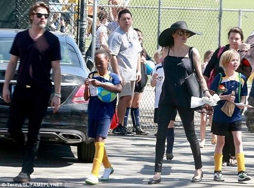 Cả gia đình cặp đôi quyền lực xuất hiện bên ngoài sân vận động