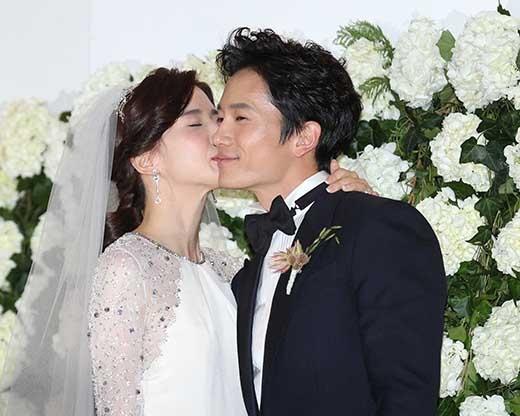 Ji Sung và Lee Bo Young hạnh phúc mỹ mãn trong ngày cưới