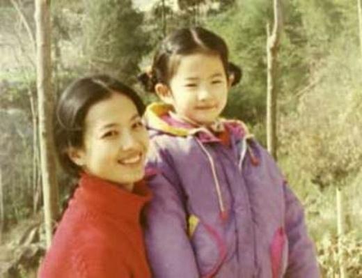 Lưu Diệc Phi bên mẹ