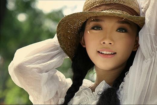 """Lúc đó, gu thời trang đặc trưng của giọng ca Ngày Mai là phong cách """"kẹo ngọt"""" với những chiếc váy trẻ trung đầy màu sắc. - Tin sao Viet - Tin tuc sao Viet - Scandal sao Viet - Tin tuc cua Sao - Tin cua Sao"""