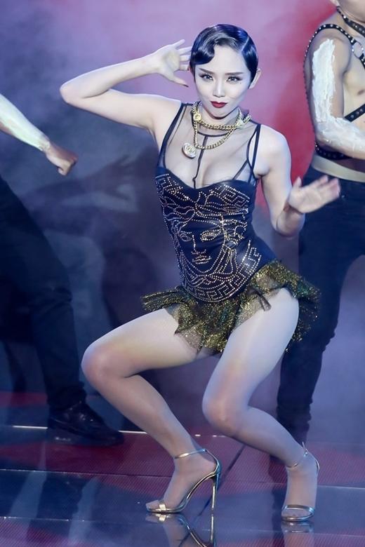 """Thậm chí động tác nhảy """"vũ điệu cồng chiêng"""" của cô nàng còn tạo thành một trào lưu lan truyền với """"tốc độ chóng mặt"""". - Tin sao Viet - Tin tuc sao Viet - Scandal sao Viet - Tin tuc cua Sao - Tin cua Sao"""