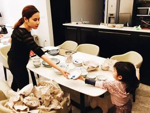 Lưu Hương Giang vừa chia sẻ với fans niềm tự hào mới của mình khi cô con gái nhỏ đã bắt đầu phụ mẹ những việc lặt vặt. Là một người nổi tiếng, việc giữ hình tượng cho mình và cho con là điều rất quan trọng. Bên cạnh đó, cách dạy con của mỗi người cũng nhận được sự quan tâm không nhỏ từ dư luận. Có vẻ bà xã của nhạc sĩ Hồ Hoài Anh là một trong những bà mẹ không chỉ giỏi việc nước mà còn đảm việc nhà khiến khán giả ngưỡng mộ.