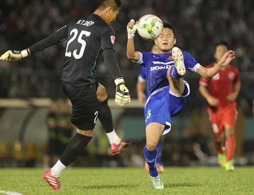 Một pha băng ra cản phá bóng trước mũi giày cầu thủ U.23 Việt Nam Huy Toàn của thủ môn Thanh Diệp (25, Đồng Nai) – Ảnh: Bạch Dương