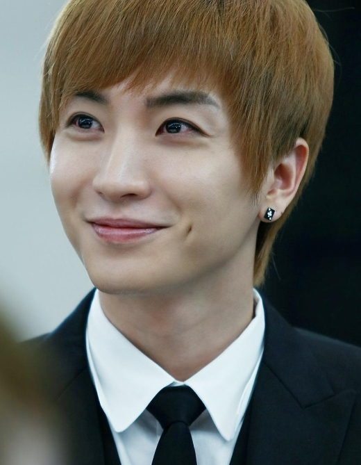 """Leeteuk được biết đến như một """"cây hài"""" của Super Junior, anh chàng có lẽ cũng nhận thức được lúm đồng tiền """"đắt giá"""" nên rất hay khoe nụ cười tỏa nắng của mình."""
