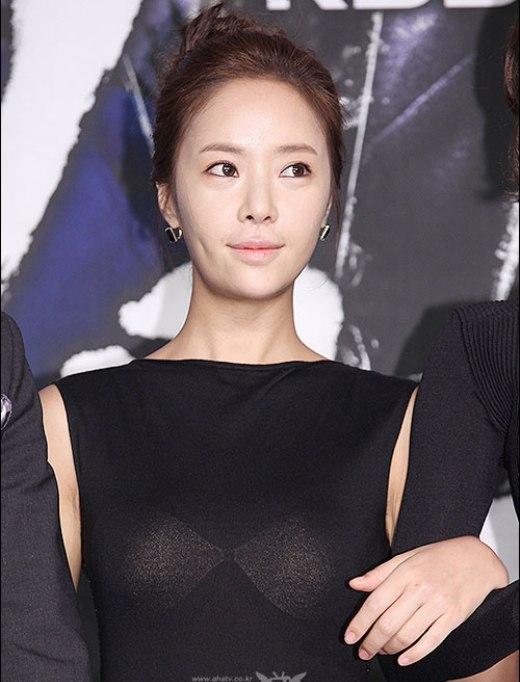 """Dù nhan sắc không phải thuộc hàng """"mỹ nữ"""" nhưng Hwang Jung Eum vẫn thu hút với lúm đồng tiền sâu trông rất đáng yêu mỗi khi nữ diễn viên cười."""