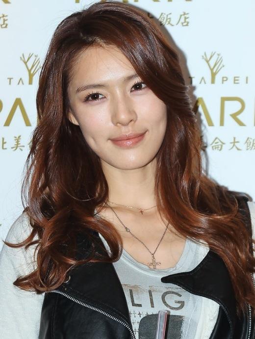 Đặc điểm trên gương mặt Kahi (cựu thành viên After School) khiến cộng đồng fan Kpop nhớ nhất có lẽ chính là hai lúm đồng tiền xinh xắn.