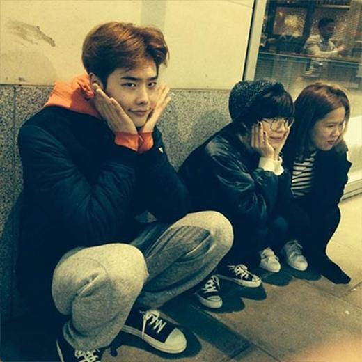 Lee Jong Suk cực đáng yêu khi khoe hình ngồi bên lề đường và chúc fan ngủ ngon: Các bạn buồn ngủ không, ngủ ngon nha...heuheuheu.