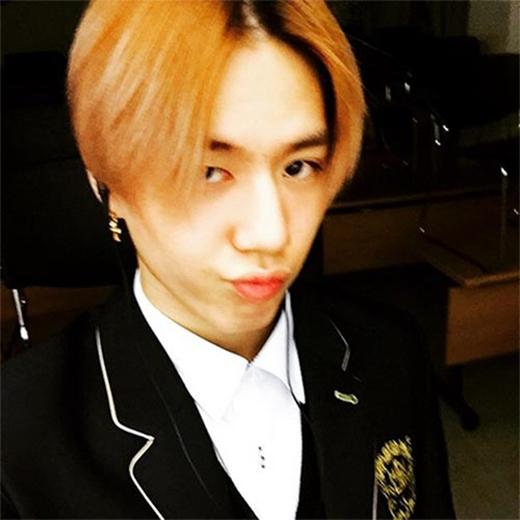 Yugyeom thích thú khoe hình mặc đồng phục học sinh