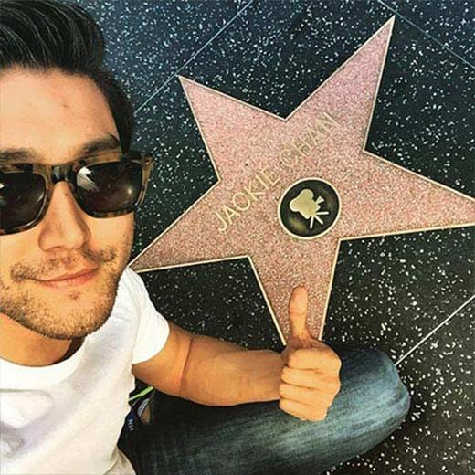 Siwon thích thú khi đến đại lộ Hollywood, anh khoe hình bên ngôi sao của Thành Long và thể hiện ước mơ của mình: Một ngày nào đó.