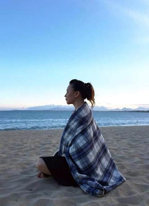 Hồ Quỳnh Hương tĩnh tâm thả hồn nhẹ nhàng trước biển. Thời gian gần đây, Hồ Quỳnh Hương ít xuất hiện trên các sân khấu ca nhạc, cô ưu tiên cho sở thích du lịch nhiều hơn. Có lẽ nữ ca sĩ Hoang mang đang dưỡng sức để dồn tổng lực cho một năm 2015 hoành tráng của mình.