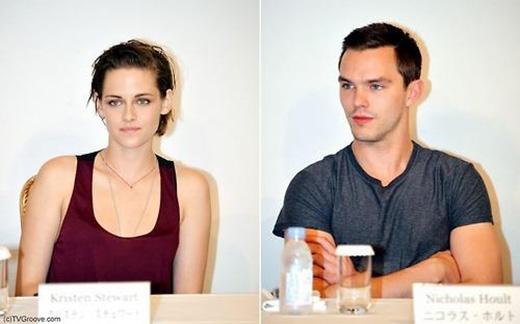 Kristen và Nicholas trong buổi họp báo về bộ phim