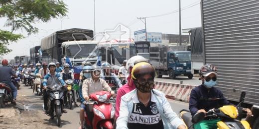 Vụ việc đã làm giao thông trong khu vực bị ùn tắt nghiêm trọng. Ảnh: Đặng Thanh