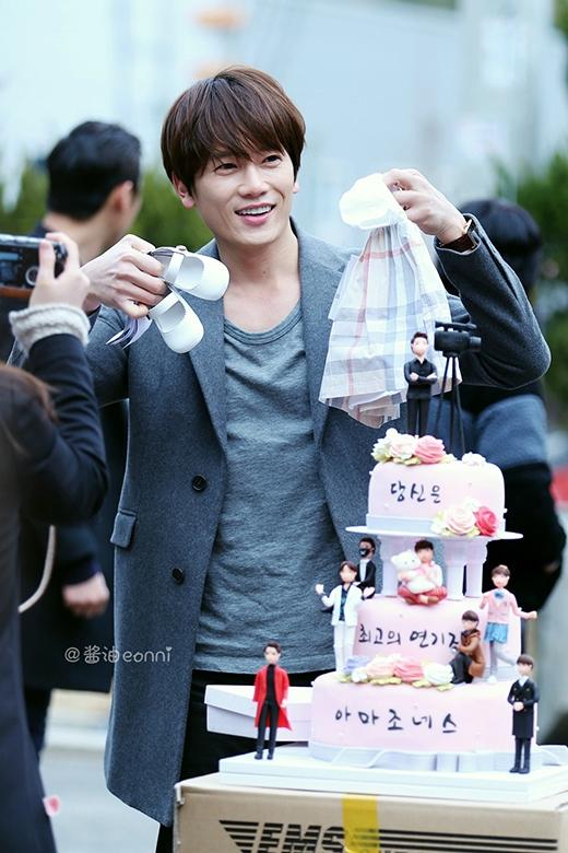 Ji Sung hạnh phúc khi nhận quà là quần áo của bé gái trong ngày sinh nhật.