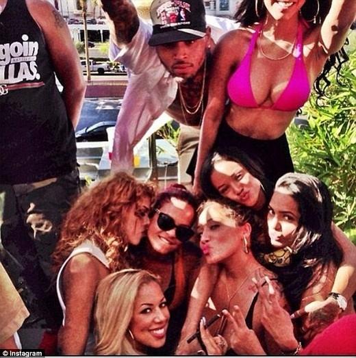 Chris Brown, Nia Amey, vàKarrueche Tran cùng dự tiệc chung với nhau.