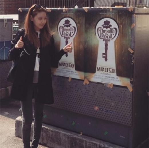 Sooyoung quảng bá poster cho nhạc kịch của chị gái.
