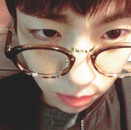 Lee Hyun Woo cực đáng yêu khi khoe hình đeo kính và hỏi fan rằng anh đeo kính hay không đeo sẽ đẹp hơn?