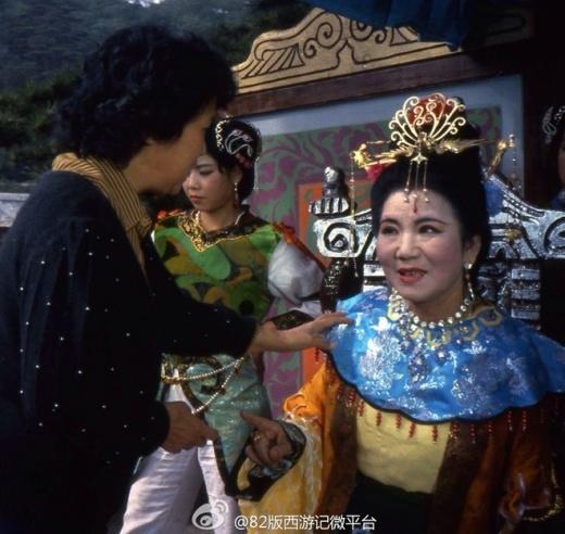 Triệu Lệ Dung vai Xa Trì Hoàng hậu đang được thị phạm diễn xuất