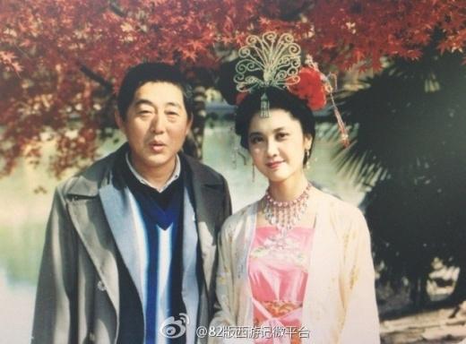 Nữ diễn viên Chu Lâm, người đóng vai Quốc vương Tây Vương Lữ Quốc chụp ảnh giao lưu
