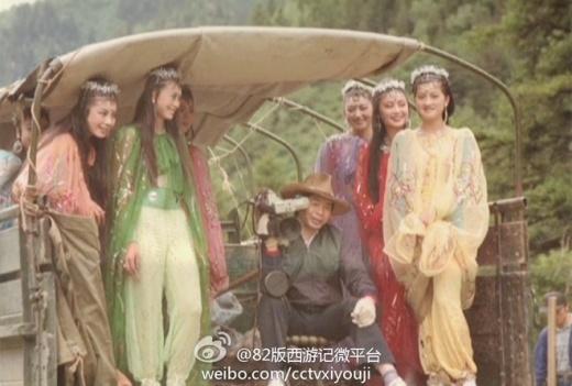 Các cô Nhền Nhện tinh di chuyển đến địa điểm quay phim bằng xe tải chở hàng