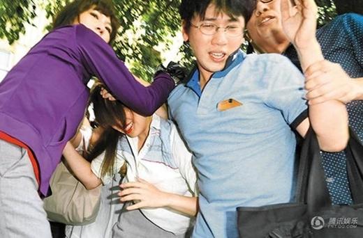 Vì sự ngoại tình của mình, Loan Loan đã bị cộng đồng mạng tẩy chay và thậm chí bị đánh khi xuất hiện.