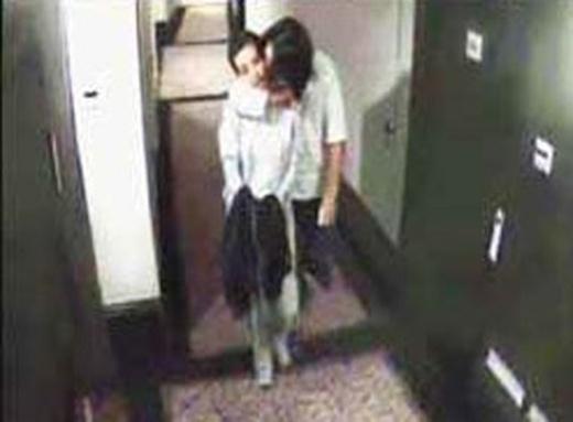 Sau bộ phim Khung trời thành phố được quay tại Đài Loan, Lý Băng Băng và Chu Hiếu Thiên được đồn là phim giả tình thật, cả hai đều chọn cách im lặng khi nói về mối quan hệ trong nghi vấn. Nhưng bức ảnh cặp đôi này quàng vai bá cổ trong hành lang khách sạn được camera chụp lại đã lật tẩy cả hai. Mặc dù sau đó, hai người đều phủ nhận, khẳng định chỉ tập kịch bản nhưng khán giả không hề tin vào lý lẽ này.